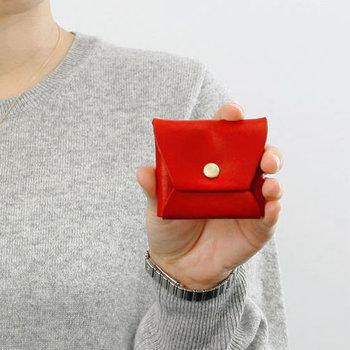 こちらは、ポケットに入れるのにちょうどいいサイズのコインケース。カラーバリエーションも豊富で、発色もとても綺麗です。サブの財布として持っておくといいかもしれませんね。