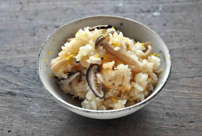 しめじ、しいたけ、えのきなど「きのこ」たっぷりの炊きごみご飯もおすすめです。おむすびにしてお弁当にもいいですね。