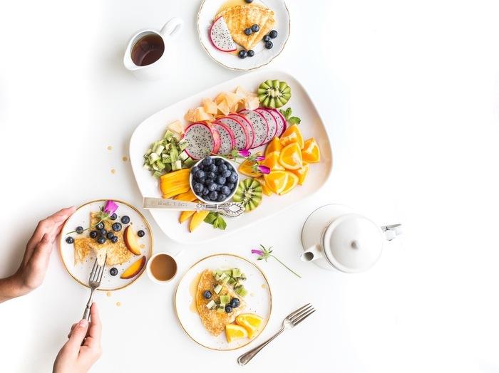 フルーツアートに正解はありません。あなたの感性で自由に果物を組み合わせて、楽しみましょう。 時には果物の皮を容器に見立てて、たくさんのフルーツを使うとより華やかになり、おもてなしにもぴったり。 ミントやブルーベリーで色味を引き締めるのもポイントです。