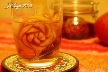 りんごでバラの花を作って、おしゃれなカクテルに。いつまでも眺めていたくなりますね。