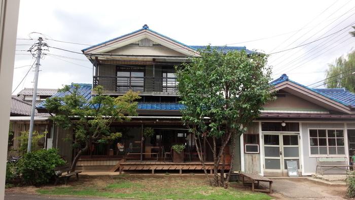 埼玉県川口市にあるカフェ「Senkiya」。家業である植木屋「千木屋」オーナーのご夫婦の手によって、一軒家カフェへと生まれ変わりました。 カフェだけに留まらず、不定期で雑貨店、ギャラリーなども開いています。もともとは植木屋さんだった店内を改装しているので、古民家風の佇まいがとっても素敵です。