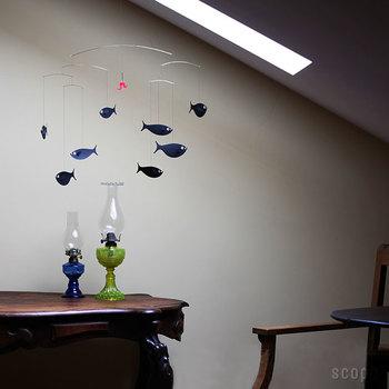 ぷかぷかと部屋を泳ぐお魚。  上のほうにある赤いものは エサのミミズくんです。/