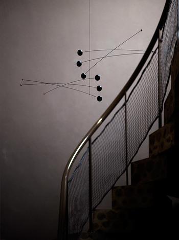 シンプルなのにいつまでも眺めていたくなる 不思議なデザイン。  広くあいた空間に吊るすことで 存在感を発揮します。