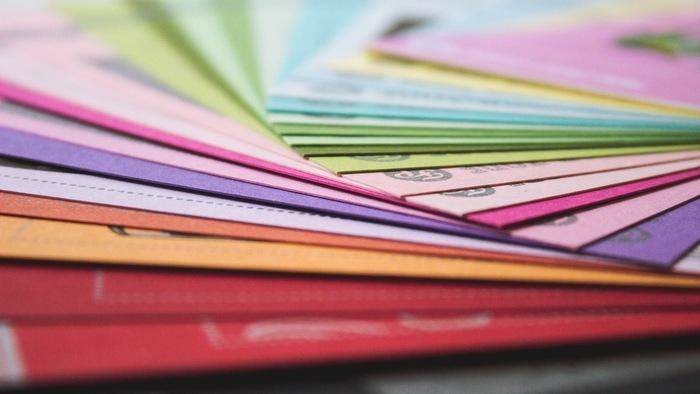 封筒は案外いろんなシーンで使う機会がありますよね。シンプルな形なら使い道がありそう。色が全部違う封筒のセットは喜ばれそう。カラフルな色は見ているだけで華やかな気持ちになりますね。