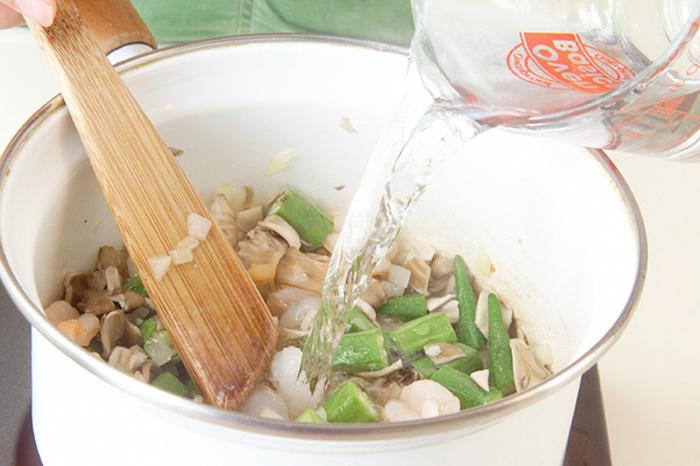 サラダ油で玉ネギを炒めてしんなりしたら、オクラ、マイタケ(またはシメジ、生シイタケ)、むきエビを合わせて炒めます。少し炒めたら水を加えましょう。