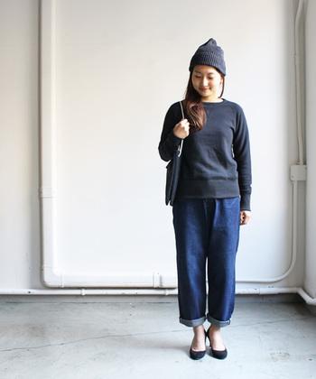 メンズライクなスウェットも、ボトムスをロールアップして足首を見せたり、ヒールを合わせることでフェミニンに着こなすことができます。