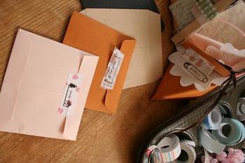 無地の封筒には、プリントしたオリジナルのマスキングテープを。メッセージなんかをプリントしてあげると喜ばれそうですね。