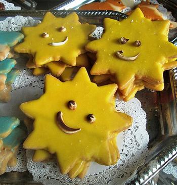 アイシングが面倒なときは、ストロベリーや抹茶などの板チョコを使うと簡単にアイシングのようなクッキーに。チョコペンでにっこりとした顔を描けば出来上がり♪