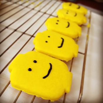 アイシングクッキーににっこり笑顔。アイシングクッキーにするとこんなにビビットなカラーのクッキーに♪