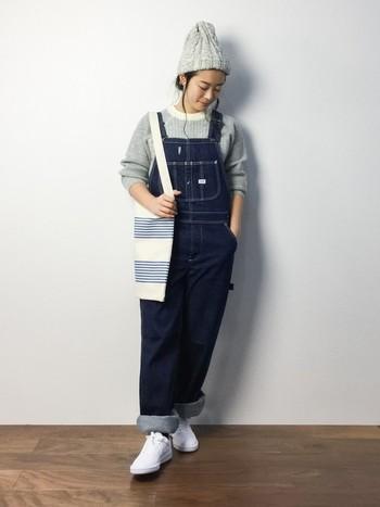 ママファッションには、あえて落ち着いた濃紺で合わせてみては? ニットキャップも色違いにして、同じじゃないのにさりげないペアデニムが楽しめます。