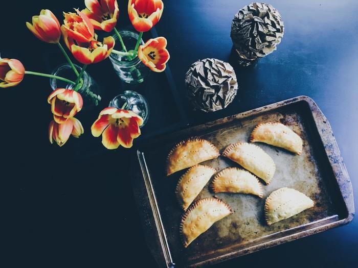 パイ生地は甘いものはもちろん、たっぷりお肉を詰めたミートパイのようなおかずも上手に包み込みます。パイ生地そのものはさほど主張するわけではありませんが、包んだものを美味しくする力がありますね。