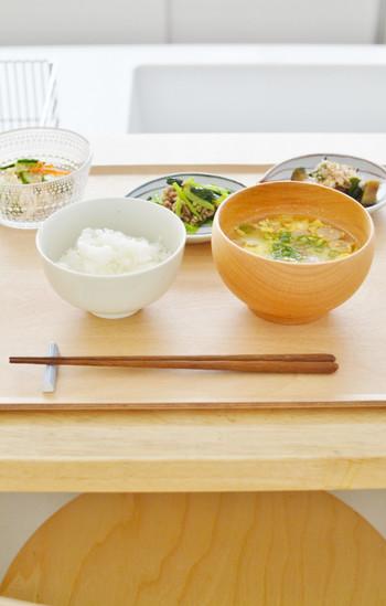 一汁三菜とは、ご飯に汁もの、主菜、副菜、副々菜からなる、和食の定番の構成のこと。それぞれ置く位置が決まっており、この一汁三菜の置き方が和食の配膳の基本となります。