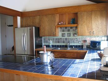 ブルー、グリーン、グレーのタイルを混ぜた、リズムを感じる色合いのキッチンです。 ちょっとアクセントをつけるだけで、なんだか楽しい気持ちになりますね♪