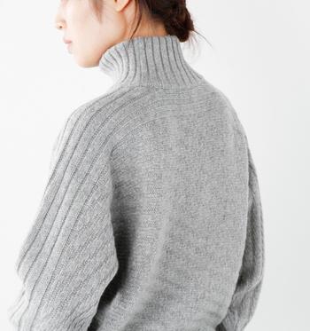 シンプルなタートルは、上からシャツやニットを重ねてレイヤードスタイルを楽しめる優秀アイテム。もちろん、一枚で着ても様になる美しいシルエットの一着を選ぶようにしましょう。気に入ったら、色違いでそろえるのもおすすめ♪