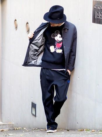 ブラックのミッキーなら、パパのファッションにも取り入れやすいですよね!ジャケットの下にチラッと見えるミッキーがオシャレです。