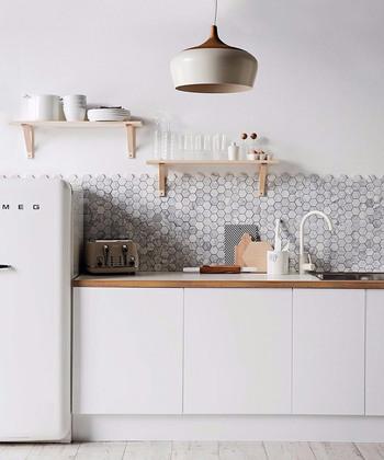 六角形のかわいいタイルを使って、こんなキッチンはいかが? 毎朝キッチンにたつのが、楽しみになりそう!
