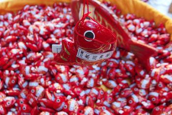 埼玉県にある川越氷川神社。縁結びや家庭円満のご利益があると言われています。 こちらは有名な〈鯛みくじ〉。