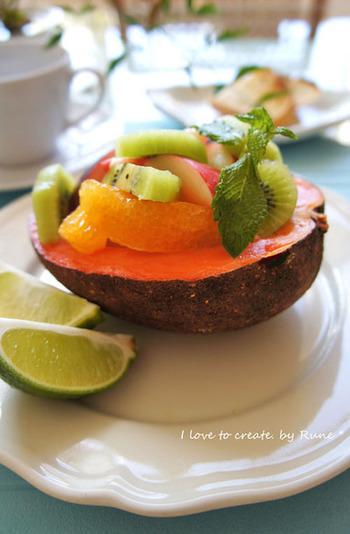 大きめのフルーツを2つにカットして、好きなフルーツを盛りつけよう。