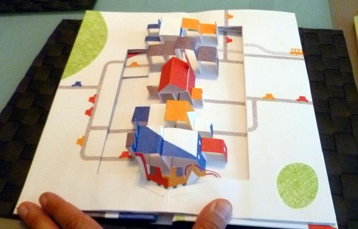 こちらは、1枚の紙を半分に折り、飛び出させたい距離や位置にあわせて、はさみで切れ込みを入れて作ります。