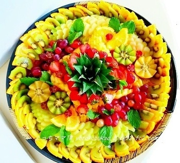 まるでフラワーアレンジメントみたい!目にも鮮やかなビタミンカラーのフルーツアートは、テーブルの真ん中に置くだけで食卓が華やぎそうです。人数が集まるときに挑戦してみましょう。