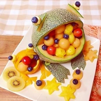 丸いフルーツの4/1ほどカットして中身をくり抜いたら、かわいいカエルのできあがり♪