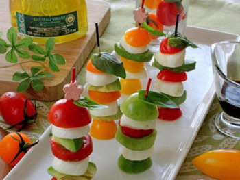 フルーツやトマトを色よく重ねて串刺しにすれば、素敵なオードブルに。いろいろなフルーツを刺してみても◎