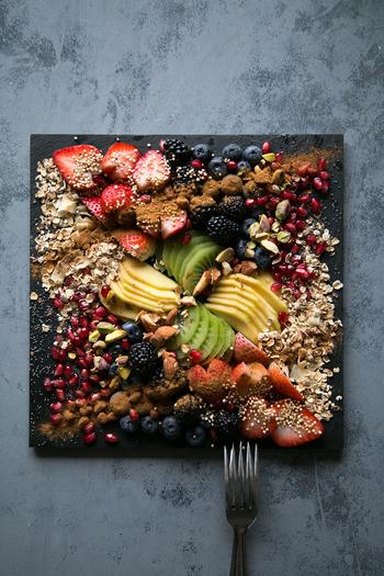 フルーツによってカットを変えて。ナッツ類やココアパウダーでおとなのデザートに変身。
