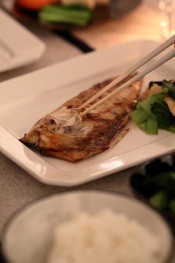 一方、焼き魚、刺身、揚げ物などの主菜や、中皿(鉢)、大皿(鉢)を持ち上げるのはマナー違反。食べにくい場合は、いったん取り皿に移してから手に持って食べます。