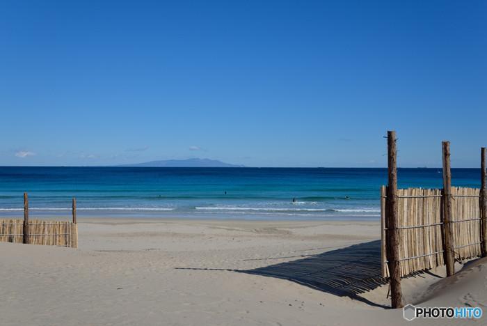 下田の代表的な海水浴場がある海岸が、白浜海岸です。真っ青な海の色が印象的で、白い砂とのコントラストが美しい、夏は大変にぎわう海岸なんですよ。正面に見える島は伊豆大島です。