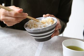 食べる時に気を付けたいのが「器の扱い」です。一汁三菜の中で、ご飯、汁もの、小皿(鉢)は、胸元まで持ち上げて食べることができます。