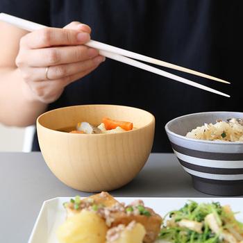 配膳にはいろいろな決まりや言われがありますが、結局のところ前提は「食べやすさ」です。日本は右利き文化のため、右手でお箸を持った時に食べやすい並べ方ということになります。では詳しく見ていきましょう!