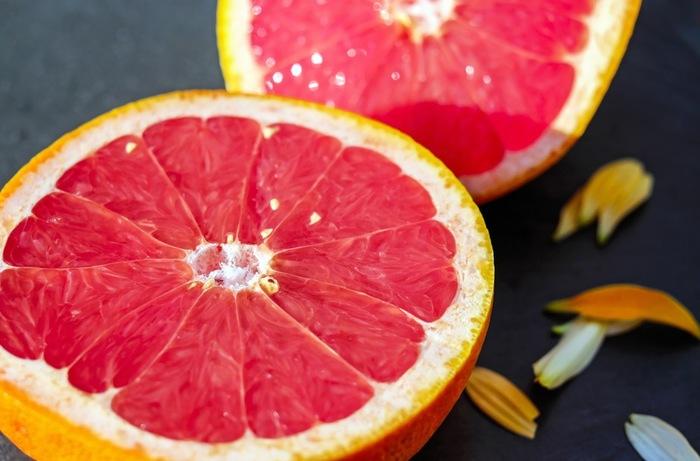 果物は食後のデザートに食べることも多く、ホームパーティーでは他の準備もあって早めに果物をカットしておけたら楽ですよね。しかし果物は、切って時間が経つほど酸化し、水分も蒸発してしまうので長期間の保存にはむきません。切って半日ほどで食べるようにしましょう。