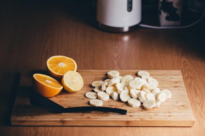酸化し色が変わりやすい果物は、レモン汁や塩水につけると変色しません。フルーツ盛り合わせは、へたりやすいミントやハーブ、冷蔵保存が苦手なトロピカルフルーツは出す直前に飾り付けるなど、工夫しましょう。