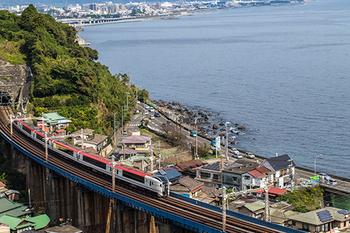 下田は、静岡県伊豆半島の先端に位置する、自然あふれる観光スポット。東京駅、品川駅からは踊り子号で約2時間半で行くことができ、車窓からの景色も雄大で、駅弁を食べたりおしゃべりをしたり道中も楽しむことが出来ます。