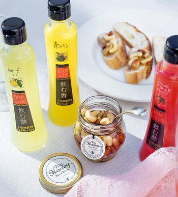 朝時間を、素敵なひとときに変えてあげるなら気分の上がる朝食グッズがおすすめ。愛媛県産の柑橘類を皮ごと絞った、自然の風味豊かな「飲む酢」は、お湯や炭酸水で割って、おしゃれなジュース感覚で味わえます。 ミネラル豊富なナッツと蜂蜜の栄養が一度に摂れる「ナッツの蜂蜜漬け」はパンやヨーグルトと一緒に、いつもの朝食にオン。手軽に取り入れやすい話題のパワーフードを贈れば、朝から元気になってもらえそう!