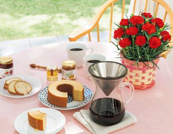 お花の飾られたテーブルに、美味しいスイーツとドリンクがあれば、いつもよりグッとおしゃれなティータイムに。カーネーションとセットになったスイーツを贈れば、特別な時間も一緒に贈れそう。人気の「山田養蜂場」が手がける、手摘みのイチゴジャムやクリーミィな食感のはちみつをかけて味わうラスクに、アカシア蜂蜜や生姜のはちみつ漬をかけて味わうバウムクーヘン。初めて食べるようなスイーツに、きっと会話が弾むはず。