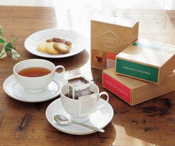 日常的に飲んでいるものより、ちょっと贅沢感のあるオーガニックのコーヒー&紅茶のセットもおすすめ。「せっかくだから、一緒にいただきましょうよ」――ティータイムの贈り物には、そんな言葉を引き出してくれる魅力があります。普段はなかなか二人でゆっくりお茶を飲むなんてできない…だから、嬉しい。それが最大のギフトかも知れませんね。