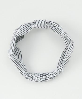 簡単ヘアバンドに小さなパーツをひとつプラスするだけで、リボンっぽく見えるデザインになります。