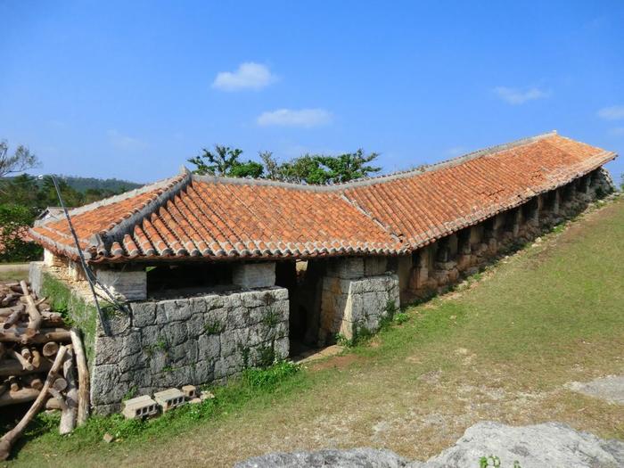 やちむんの里に入り歩いていくと、見えてくる「登り窯」。登り窯とは、坂の上に向かって設けられた窯のことです。中はいくつもの部屋に分かれた窯が構えられています。