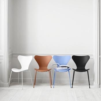 画像のように、セブンチェアにはカラーの座面も。  色を混在させて、リズムがある空間に。