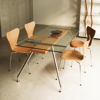 「SEVEN CHAIR」  デンマークの北欧家具を代表する「フリッツ・ハンセン」社の名作。   デンマークの建築家アルネ・ヤコブセンの代表作としてよく知られています。   永遠のフォルムともいえる座面は、9枚の積層合板の最上面に木目が美しい板が張られています。  コピー商品も数多く販売されていますが、仕上げやアフターケアを考えれば、本物を手に入れるのが賢明。