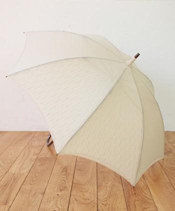 """表と裏の二重構造""""蛙張り(かわずばり)""""で作られた、こだわりの日傘。熱を逃してくれるので、夏場でも涼しく過ごせるんです。天然素材にさり気なく刺繍が施された、ナチュラルなデザインが素敵です。"""