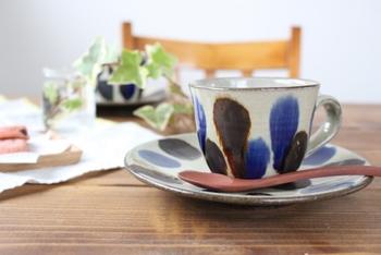 「呉須」という青い釉薬と「飴釉」という飴色の釉薬が使われたカップ&ソーサー。「点打ち」という方法で付けられた模様は力強さと同時に温かみも感じさせます。