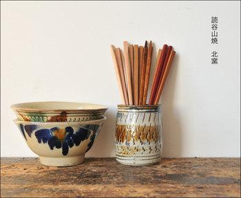 「読谷山焼 北窯(きたがま)」は、宮城正享さん・與那原正守さん・松田米司さん・松田共司さんの4工房の共同窯です。 13房の大型の登り窯を使って、年5回だけ作品が焼き上げられています。