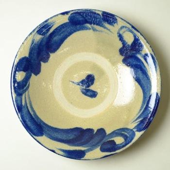 松田共司さんの作品。鮮やかな青の絵付は、のびやかな文様と相まって、沖縄の海を彷彿させます。