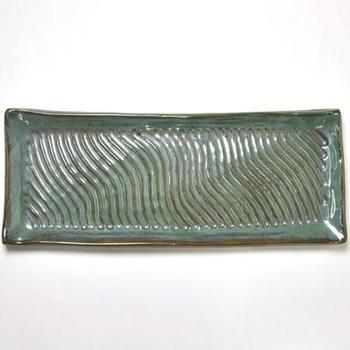 宮城正享さんの、個性的な角皿。中の筋は指で掻いたものなので、それぞれテイストが異なります。