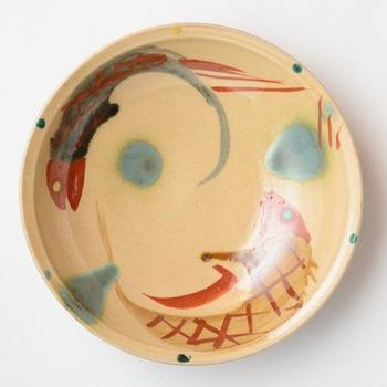 松田米司さんの「魚紋」のお皿。この魚をモチーフにした「魚紋」、魚はたくさん卵を産むことから子孫繁栄の象徴として、やちむんでよく使われるデザインです。