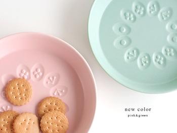 パステルカラーの綺麗なプレートなら子供達も食事を楽しんでくれそうですね。 小さなケーキやお菓子を乗せてティータイム♪