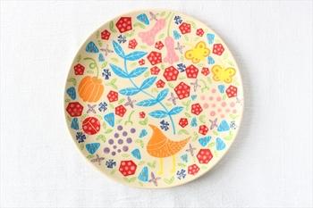 京都の大学を卒業した折尾あやさん・菊井いくさんの「工房双子堂(こうぼうふたごどう)」。読谷村にあるこの工房から生まれる作品は、大胆なタッチの絵付けが特徴であるやちむんの概念を打ち破るような繊細な絵付けがされています。