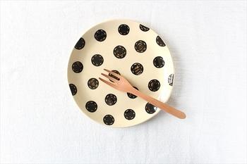こんなシンプルなデザインのお皿も。表情のある水玉がかわいいプレート、どんな料理やスイーツにも合せやすそうですね。